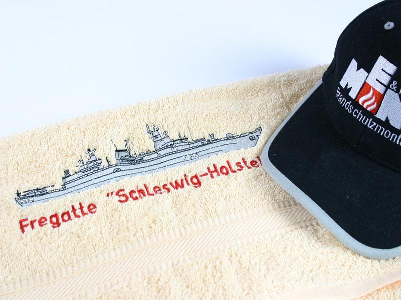 Einstickung auf Cap und Handtuch